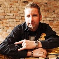 Kurt würgt auf der Hoamspü-Bühne seine zahlreichen Gitarren mit Solo- und Rhythmus-Klängen.