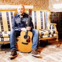 Thomas steht bei Hoamspü  für seine authentischen Gesangsparts am Mikrofon und die charakteristischen Austropop-Rhythmusgitarrenklänge.