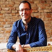 Walter sorgt als Hoamspü-Bandleader nicht nur für den organisatorischen Zusammenhalt der Band und für die Veranstaltungs- und Technik-Abstimmungen, sondern gibt auch auf der Bühne Vollgas mit Solo- und Chorgesang, an Piano, Keyboards, am Akkordeon und auf der steirischen Harmonika.
